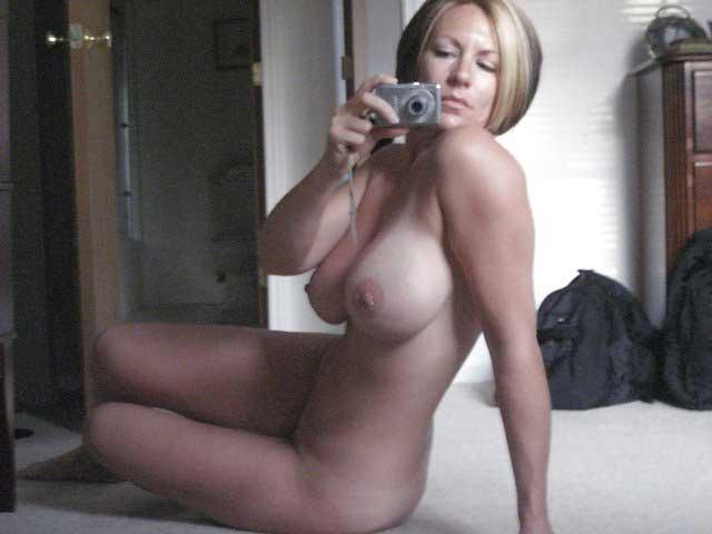 femme chaude sur son telephone rose mature